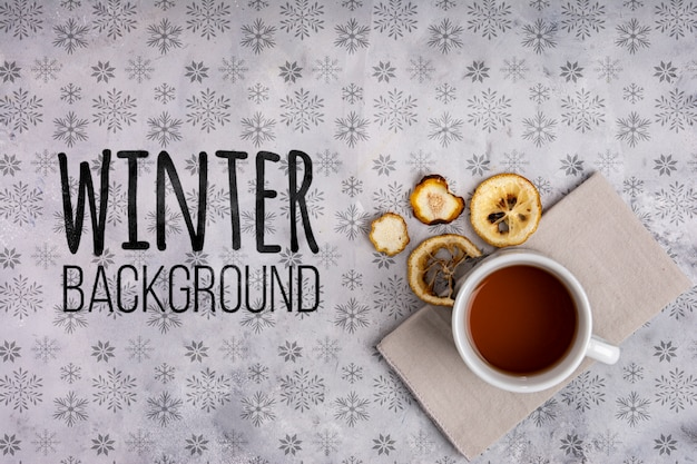 Filiżanka gorąca herbata na zimy tle
