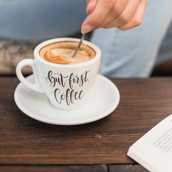 Filiżanka kawy makieta z kobietą