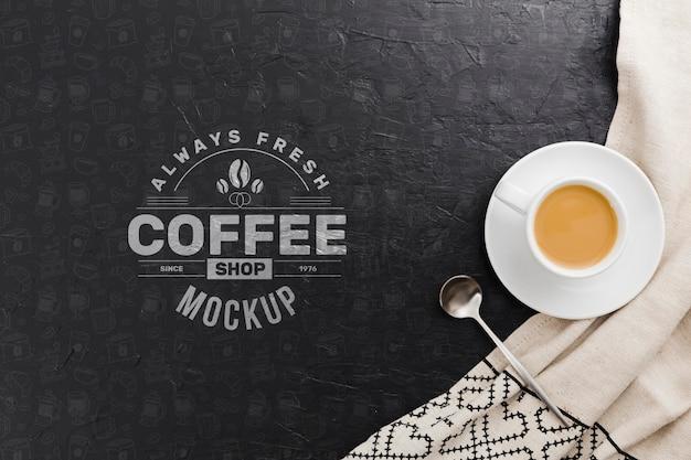 Filiżanka kawy na makiecie szmatką