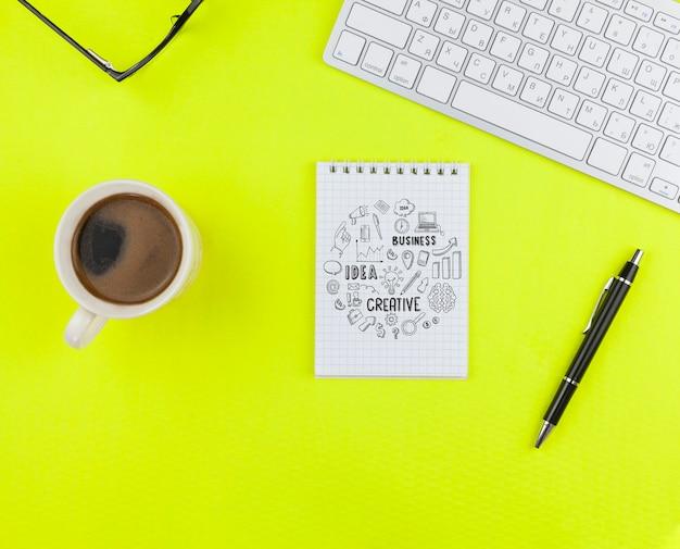 Filiżanka kawy z notebookiem na biurku
