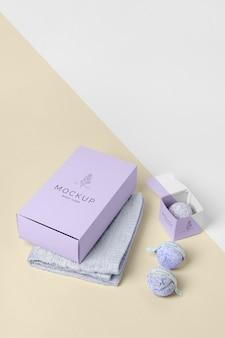 Fioletowe pudełko pod wysokim kątem, kule do kąpieli i ręcznik