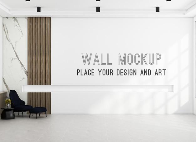 Fotel w nowoczesnym szerokim pokoju z makietą ścienną na jasnej ścianie i drewnianym panelu