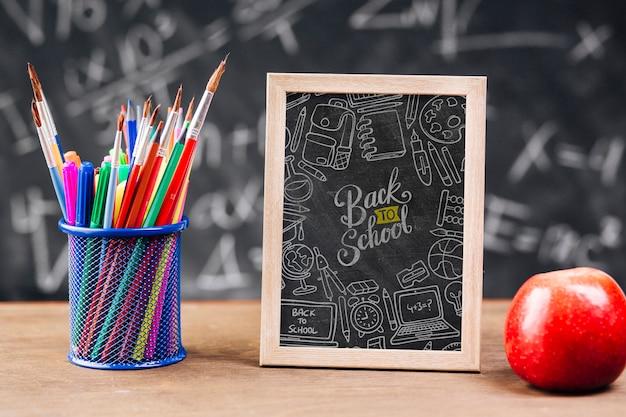 Frontowy widok z powrotem szkoły pojęcie z chalkboard