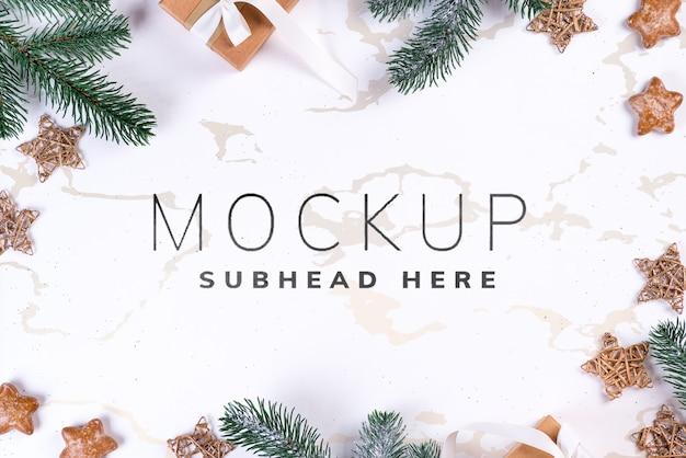 Gałęzie jodły i świątecznych dekoracji na tle makieta dla karty z pozdrowieniami
