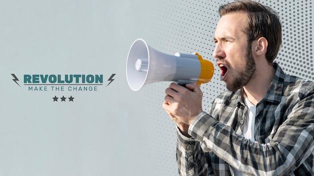 Gniewny mężczyzna krzyczy przez megafon