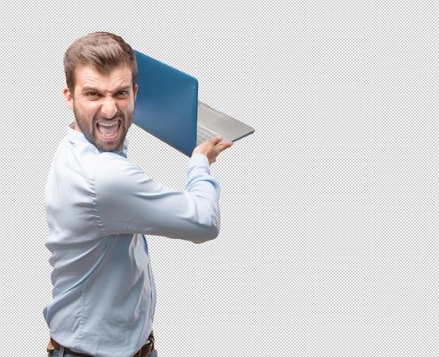 Gniewny młody człowiek z laptopem