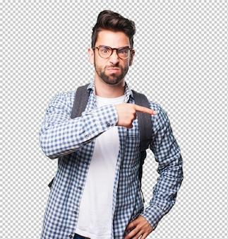 Gniewny studencki mężczyzna wskazuje przestrzeń