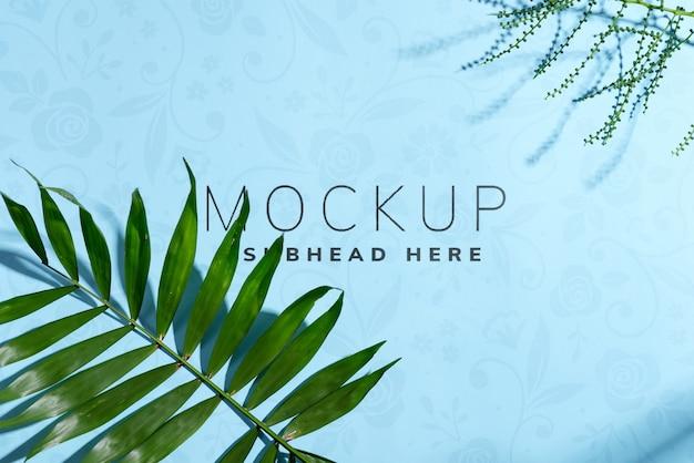 Gratulacyjna ramka narożna z zielonych gałązek makiety egzotycznych liści tropikalnych