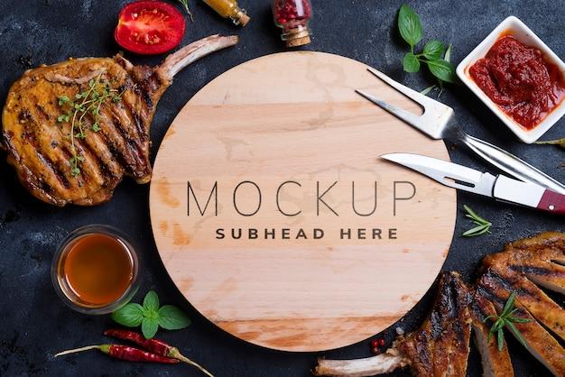 Grillowany stek t-bone na kamiennym stole z drewnianym