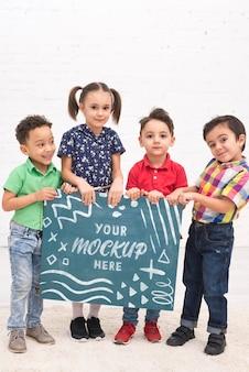 Grupa dzieci bawiące się razem