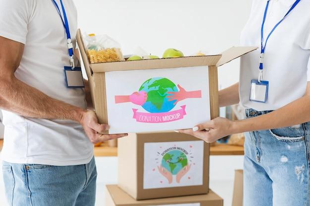 Grupa osób pomagających przy darowiznach