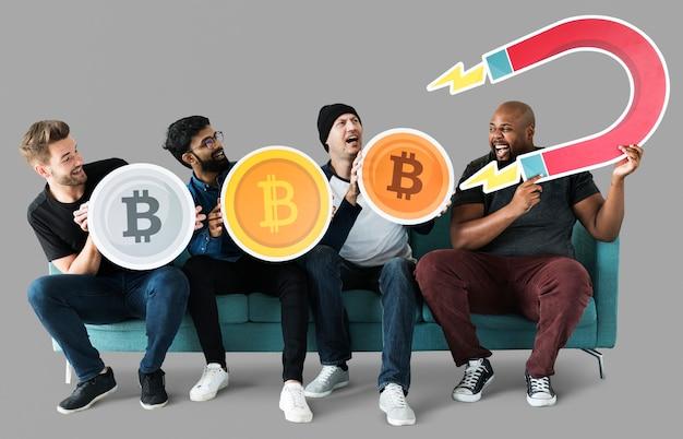 Grupa różnorodni przyjaciele z cryptocurrency pojęciem
