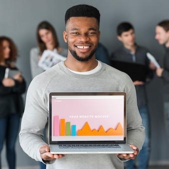 Grupy ludzi mienia laptopu mockup dla dobroczynności