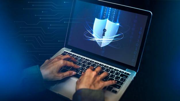 Haker łamiący kod bezpieczeństwa na laptopie