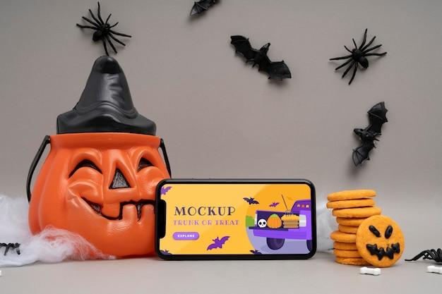 Halloweenowa aranżacja z makietą smartfona