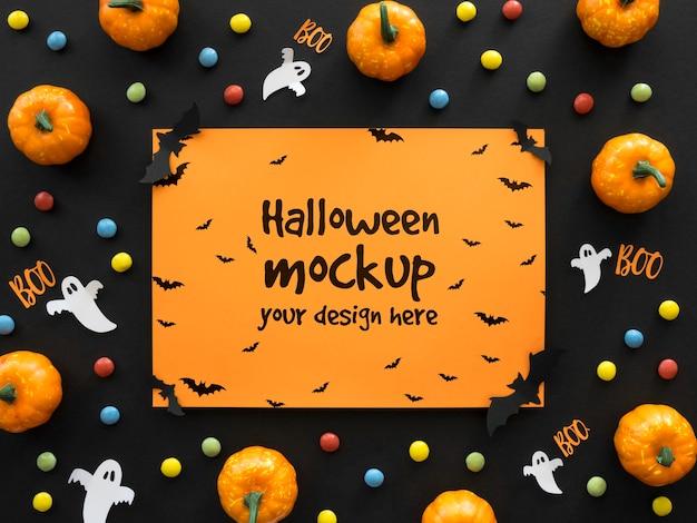 Halloweenowa makieta z papierowym duchem