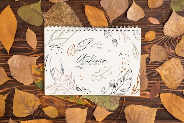Halloweenowy mockup z ślimakowatym notatnikiem