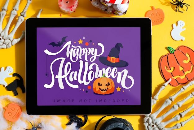 Halloweenowy pokaz filmu w domu z makietą tabletu