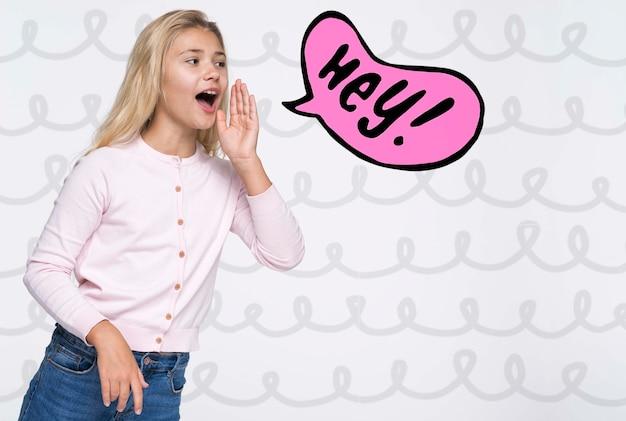 Hej! śliczna młoda dziewczyna w białej koszula