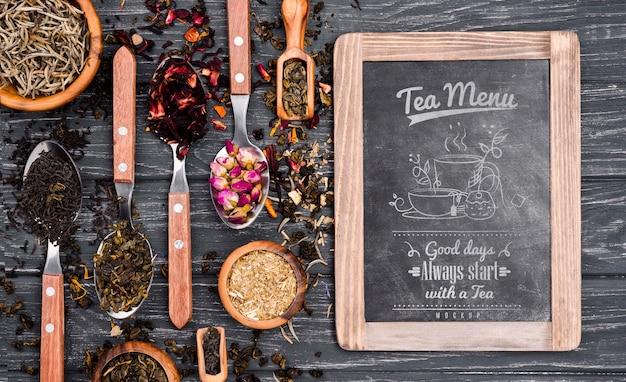 Herbaciany pojęcie na drewnianym stołowym egzaminie próbnym