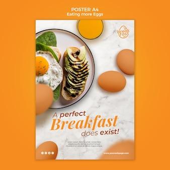 Idealne śniadanie z szablonem plakatu jaja
