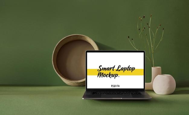 Inteligentna makieta laptopa na zielonym tle