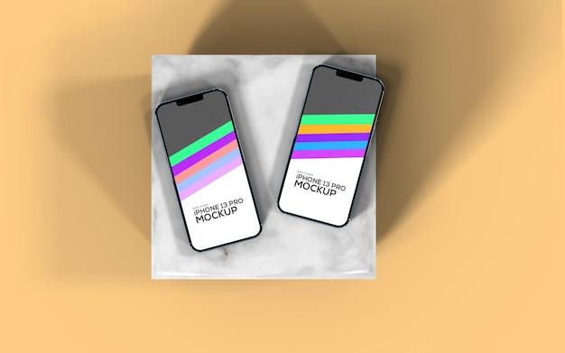 Iphone 13 pro widok z góry na smartfona dwie różne makiety ekranu