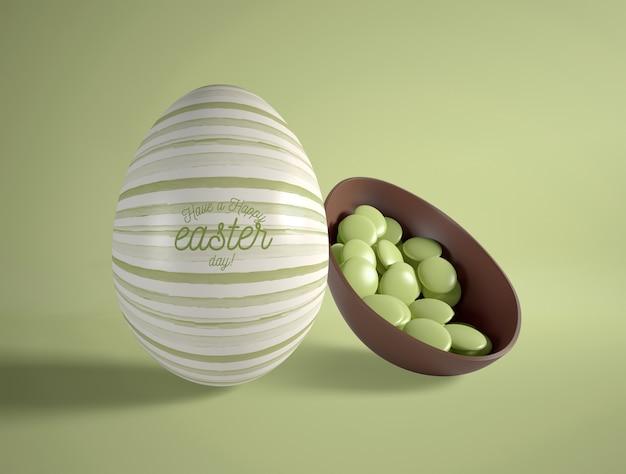 Jajko czekoladowe pod wysokim kątem z cukierkami wewnątrz