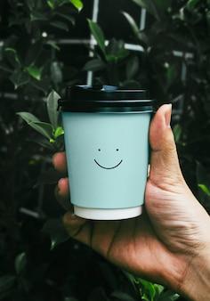 Jednorazowy papierowy kubek kawy makieta projektu