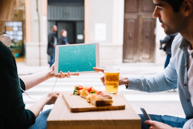 Jedzenie para w mieście z tabletem