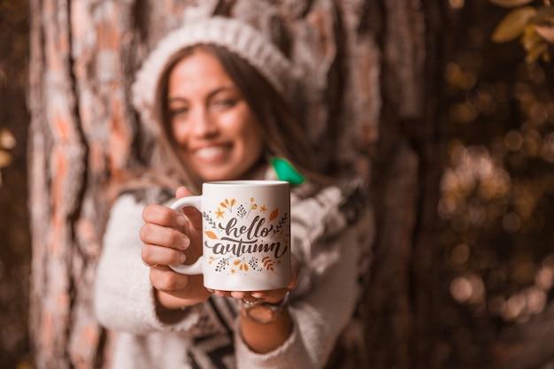 Jesień pojęcie z kobiety mienia kubkiem