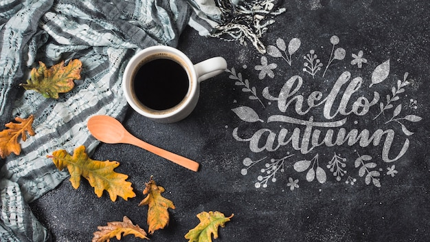 Jesienny układ leżał płasko z kawą i kocem