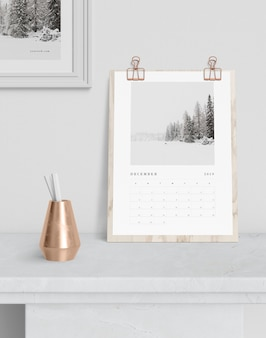 Kalendarz zaczepiony na desce