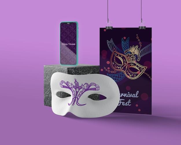 Karnawałowe maski na stole makiety