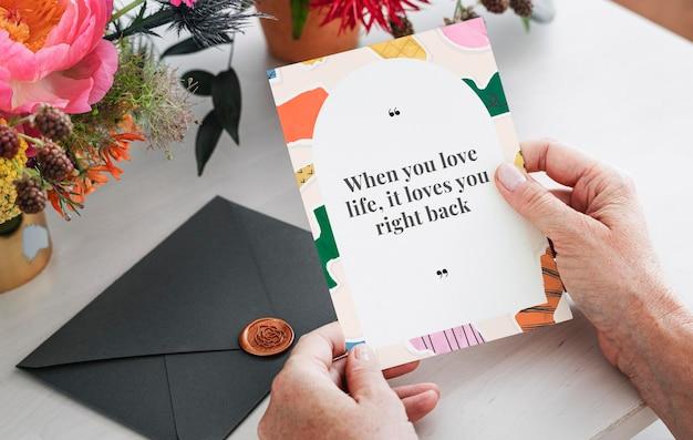 Karta z kolorową ramką do kolażu z papieru i motywacyjnym cytatem
