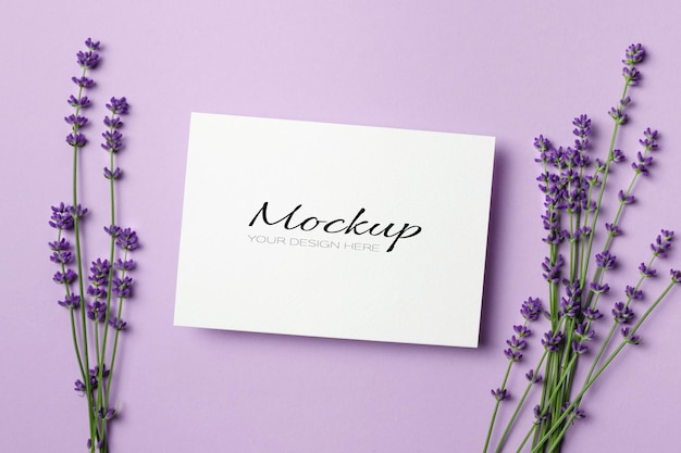 Karta z pozdrowieniami lub makieta karty zaproszenia ze świeżymi kwiatami lawendy
