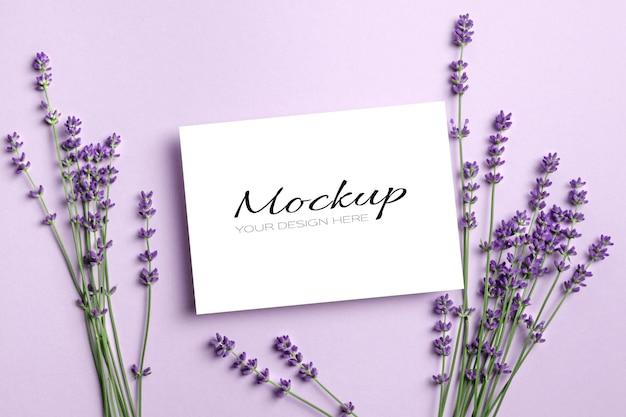 Karta z pozdrowieniami lub makieta z zaproszeniem ze świeżymi kwiatami lawendy