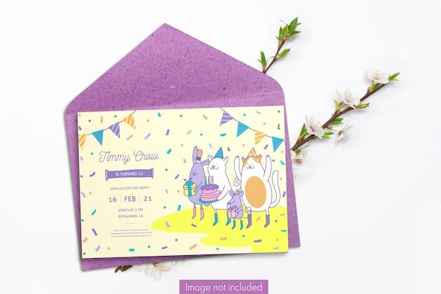 Karta z zaproszeniem i papierowa koperta z gałęzi wiśni