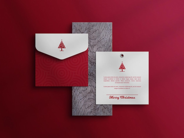 Karta zaproszenie i makieta koperty w drewnianej desce