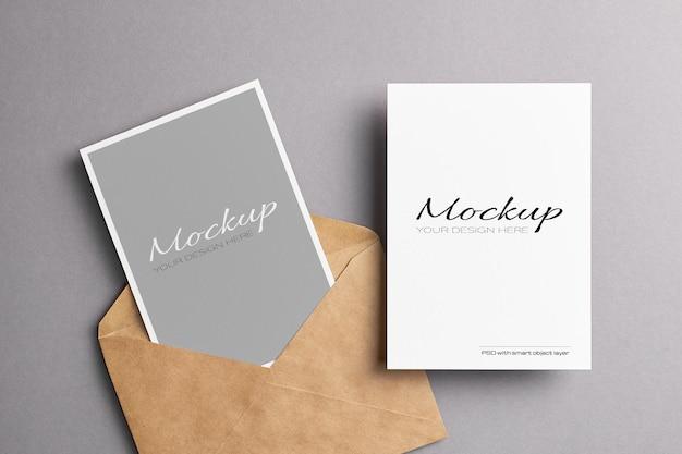 Karta zaproszenie w minimalistycznym stylu z makietą koperty