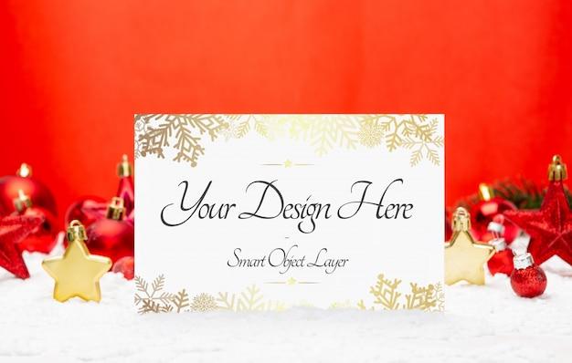 Kartka świąteczna i makieta czerwonych ozdób