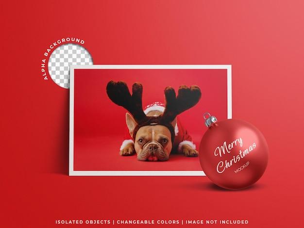 Kartka świąteczna z pozdrowieniami ze zdjęciem i koncepcja makiety świątecznej piłki na białym tle