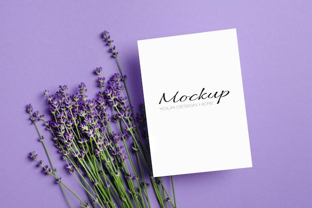 Kartkę z życzeniami lub makieta zaproszenia ze świeżymi kwiatami lawendy