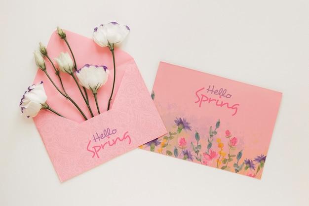 Kartkę z życzeniami z kwiatami w kopercie