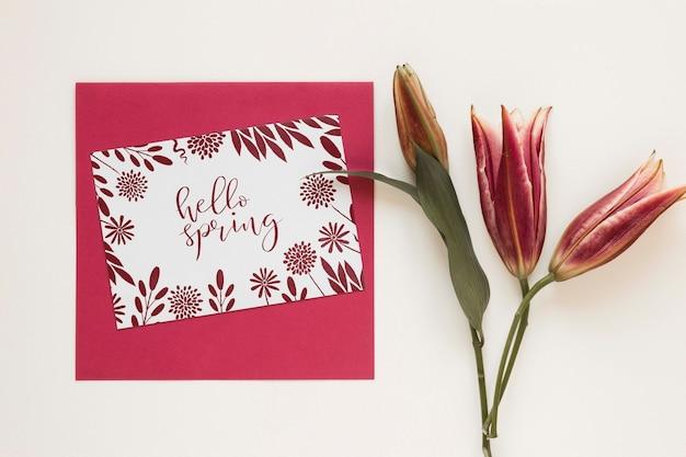 Kartkę z życzeniami z kwitnących kwiatów