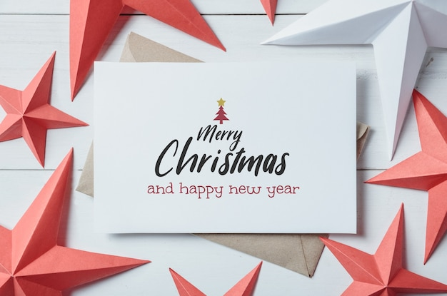 Kartki świąteczne i ozdoba i wystrój na białej drewnianej desce