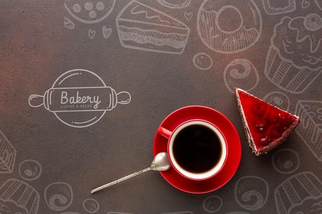 Kawałek ciasta i czarna kawa z makietą