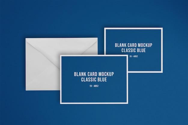Klasyczna niebieska pusta karta z makietą koperty