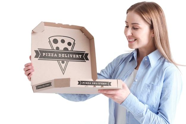 Klient kobieta trzyma doręczeniowego pizzy pudełko
