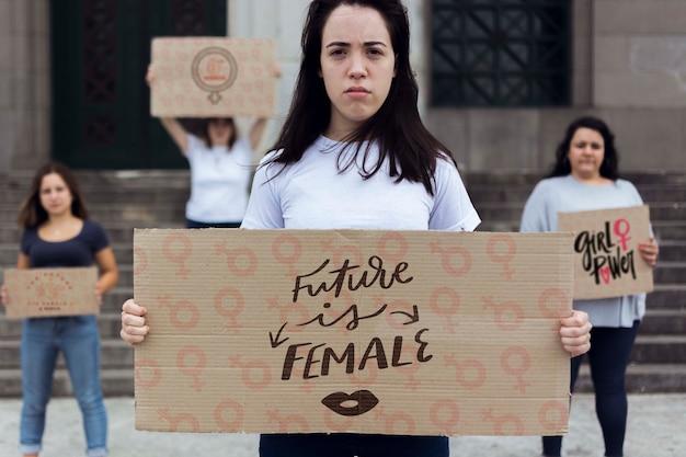 Kobiet posiadających kreskówek zarządu z wiadomością